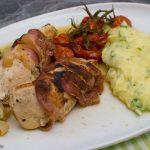 Hähnchenbrust im Speckmantel mit Gemüse in Weißweinsoße und Kräuterstampfkartoffeln