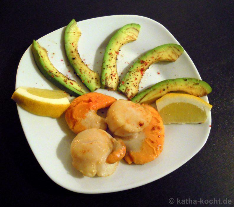 Gebratene Jacobsmuscheln mit Avocado
