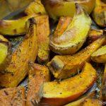 Kürbis-Kartoffelspalten mit Kräutern gebacken