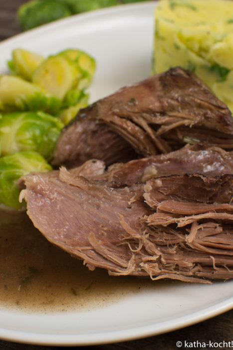 Lammkeule in Rotwein mit Rosenkohl und Stampfkartoffeln