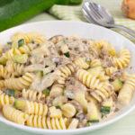 Nudeln mit Hackfleisch, Champignons und Zucchini in Käsesauce