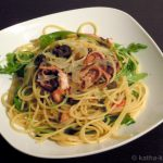 Pasta mit kleinen Polpos, Oliven und Rucola