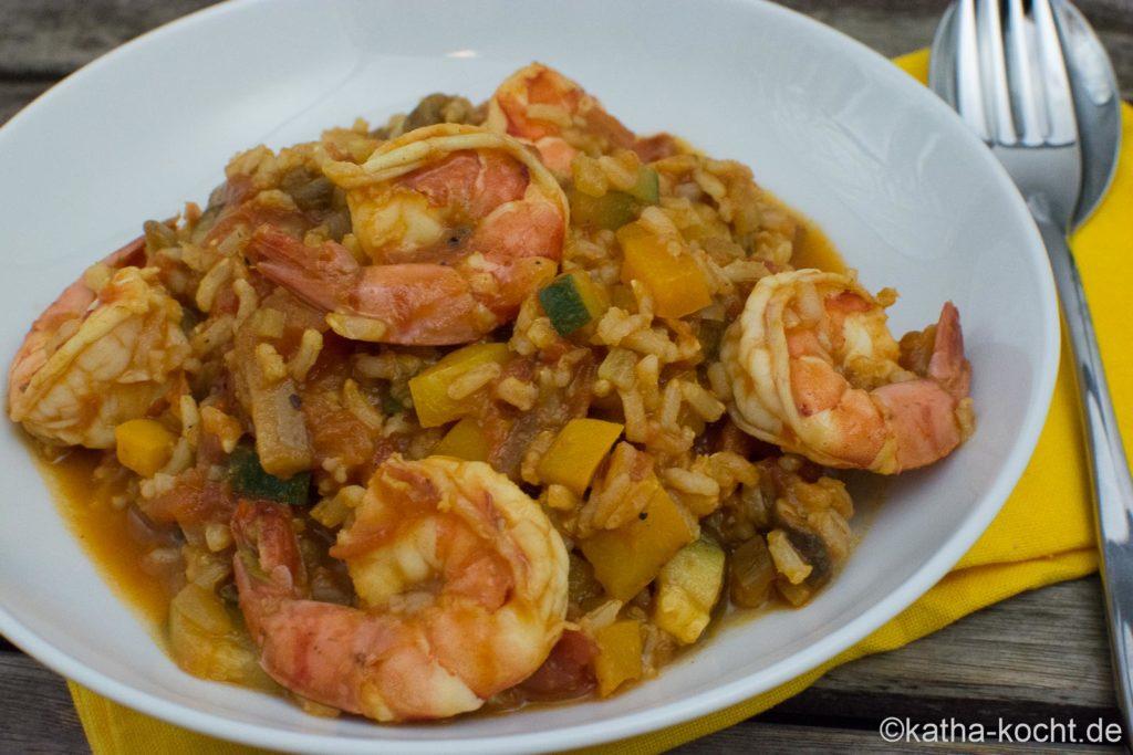 Scharfe Garnelenpfanne mit Reis und buntem Gemüse