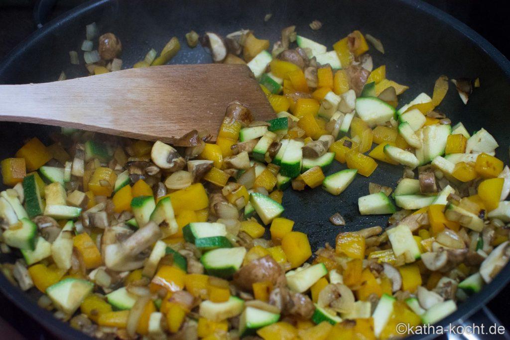Scharfe Gemüsepfanne mit Garnelen