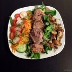 Schweinemedaillons mit Pilzen und rotem Dressing auf Salat