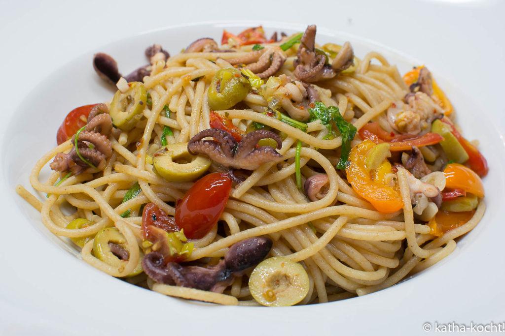 Spaghetti mit kleinen Polpos, Oliven und Rucola