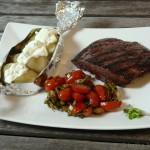 Straußensteak mit Mini-Folienkartoffelchen und Tomatensalat
