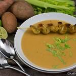 Süßkartoffel-Erdnusscreme Suppe mit würzigen Curry-Putenbruststreifen