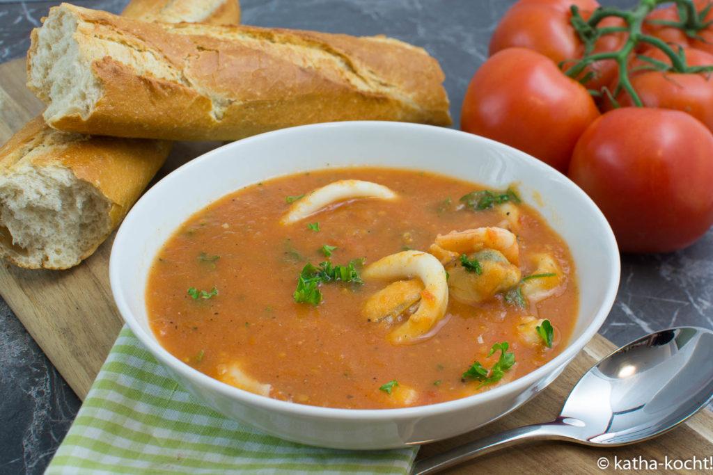 Tomatensuppe mit Muscheln und Garnelen
