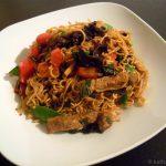 Asiatische Nudelpfanne mit Fleisch und Gemüse