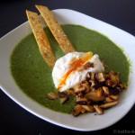 Pilz-Spinat Suppe mit pochiertem Ei und Brotsticks