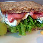 Vollkornsandwich mit Roastbeef und Frühlingsquark