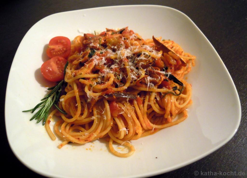 spaghetti mit kleinen polpos und aubergine in tomatensauce katha kocht. Black Bedroom Furniture Sets. Home Design Ideas