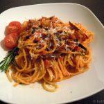 Spaghetti mit kleinen Polpos und Aubergine in Tomatensauce