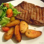 Entrecôte mit krossen Thymiankartoffeln und würzigem Salat