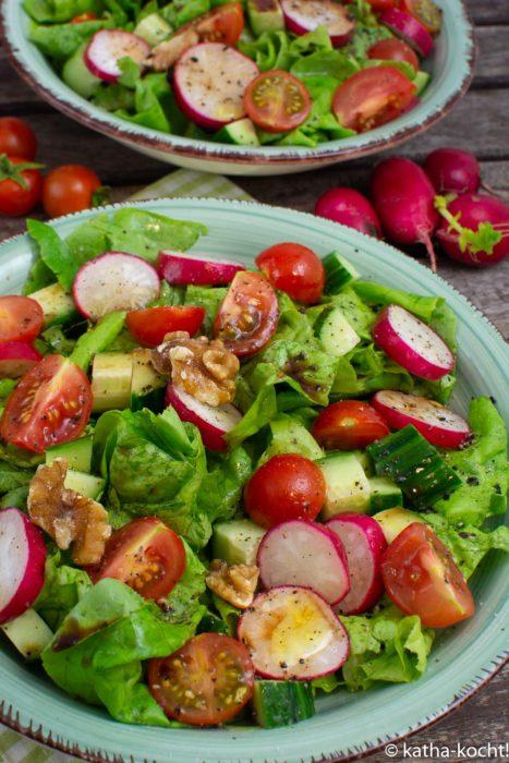 Würziger bunter Salat mit Walnüssen