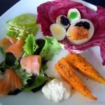 Bunte Kaviareier mit Lachssalat und Kürbisspalten