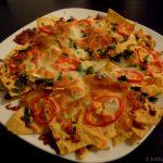 Nachos mit Paprika, Koriander, Frühlingszwiebeln und Käse
