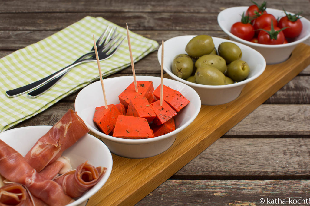 Tapas - Oliven, roter Pestokäse, Tomaten