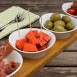 Tapas – Oliven, roter Pestokäse und Tomaten
