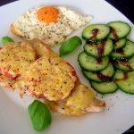 Überbackenes Tomatenschnitzel mit Gurkensalat