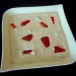 Kokoscréme mit frischen Erdbeeren