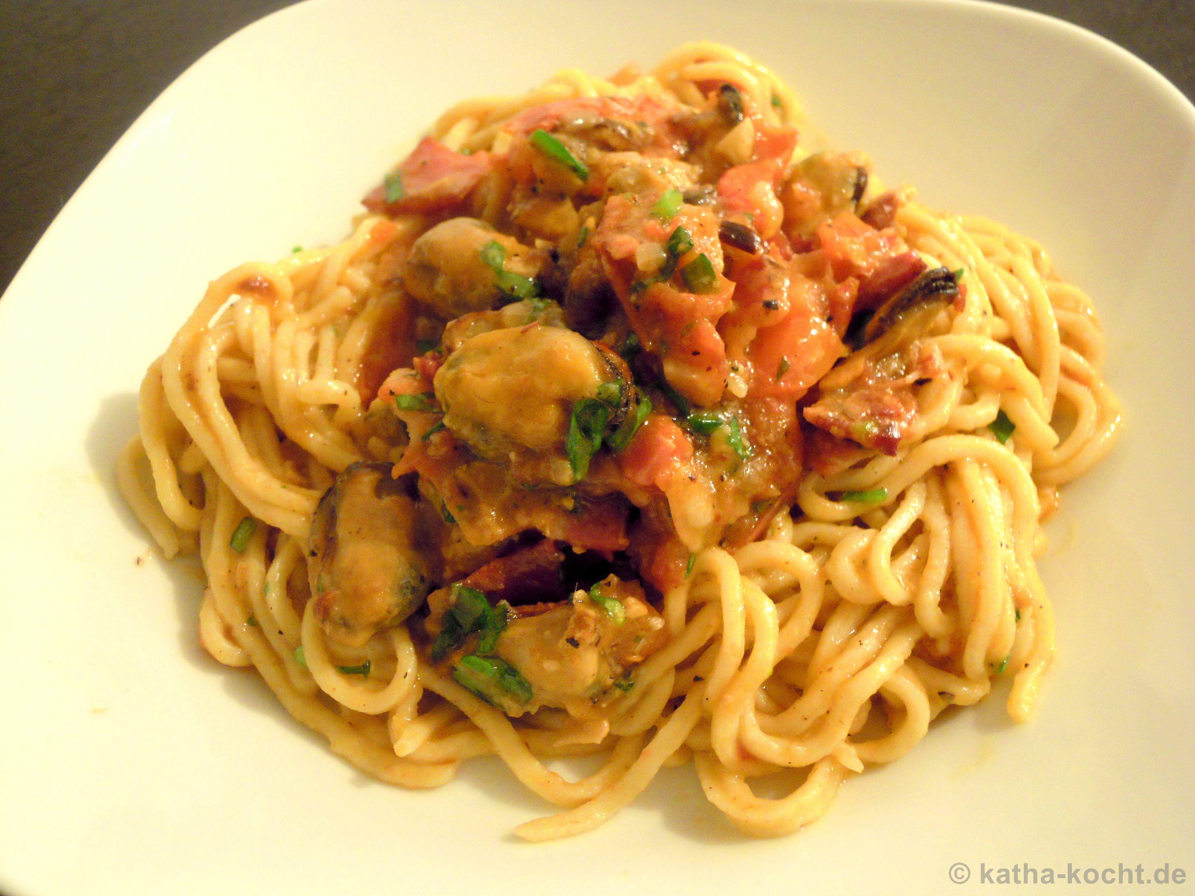 spaghetti mit muscheln pancetta und italienischen tomaten katha kocht. Black Bedroom Furniture Sets. Home Design Ideas