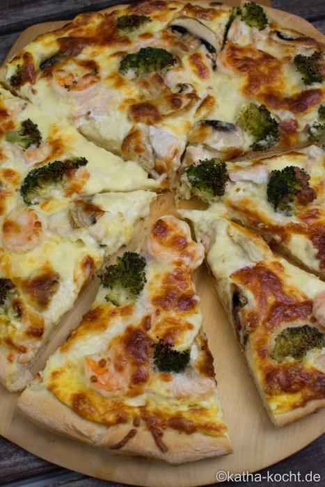 Pizza_mit_Lachs_und_Sauce_Hollandaise_ (5)