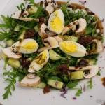 Rucola Salat mit getrockneten Tomaten, Champignons und Ei