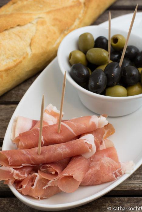 Tapas - verschiedene Oliven und Serano Schinken
