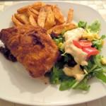 Selbstgemachtes Cordon Bleu mit Pommes und Salat