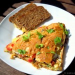Omelett mit Bärlauch, Tomaten, Sardellen und Käse