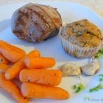 Lammhüftsteak mit herzhaften Muffins und karamellisierten Möhrchen
