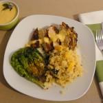 Orientalische Hähnchenbrust mit fruchtigem Couscous, Mango-Ingwer-Sauce und gebratenem Römersalat