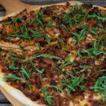 Pizza mit Pfifferlingen und Bacon