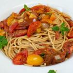 Spaghetti mit Chorizo-Tomatensalat Sauce