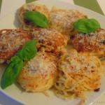 Spaghetti-Nester mit Schafskäse, getrockneten Tomaten und Parmesan