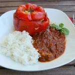 Gefüllte Paprika mit tomatiger Sauce und Reis