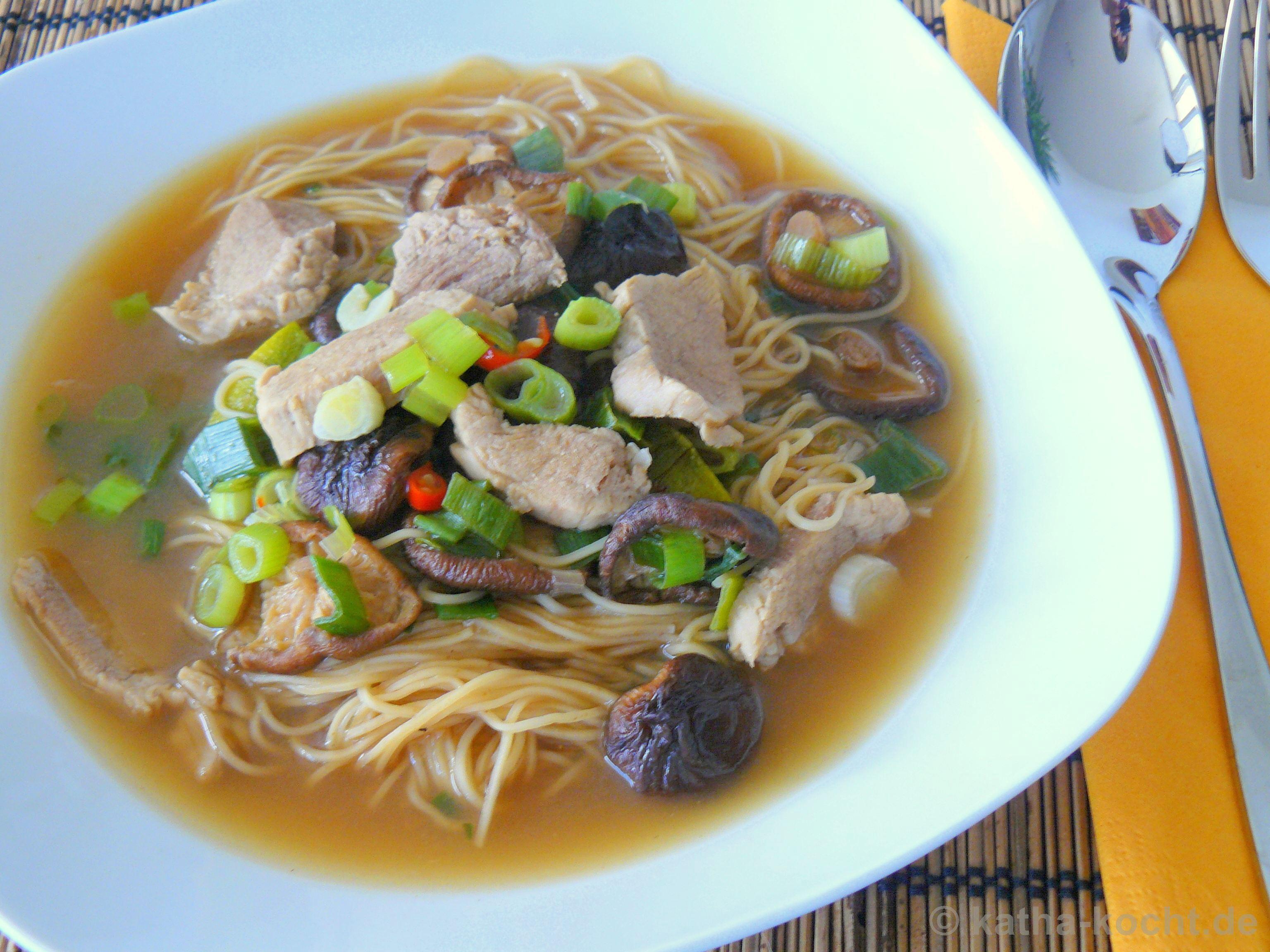 sauer scharfe thai nudel suppe mit schweinefleisch und pilzen katha kocht. Black Bedroom Furniture Sets. Home Design Ideas