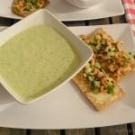 Frischer Krabbensalat und kalte Buttermilch-Gurken-Suppe