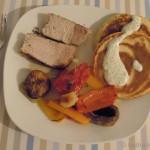 Schmorfleisch wie in Prag mit Gemüse und herzhaften Eierkuchen
