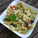 Mediterraner Nudelsalat mit Oliven, getrockneten Tomaten und Paprika