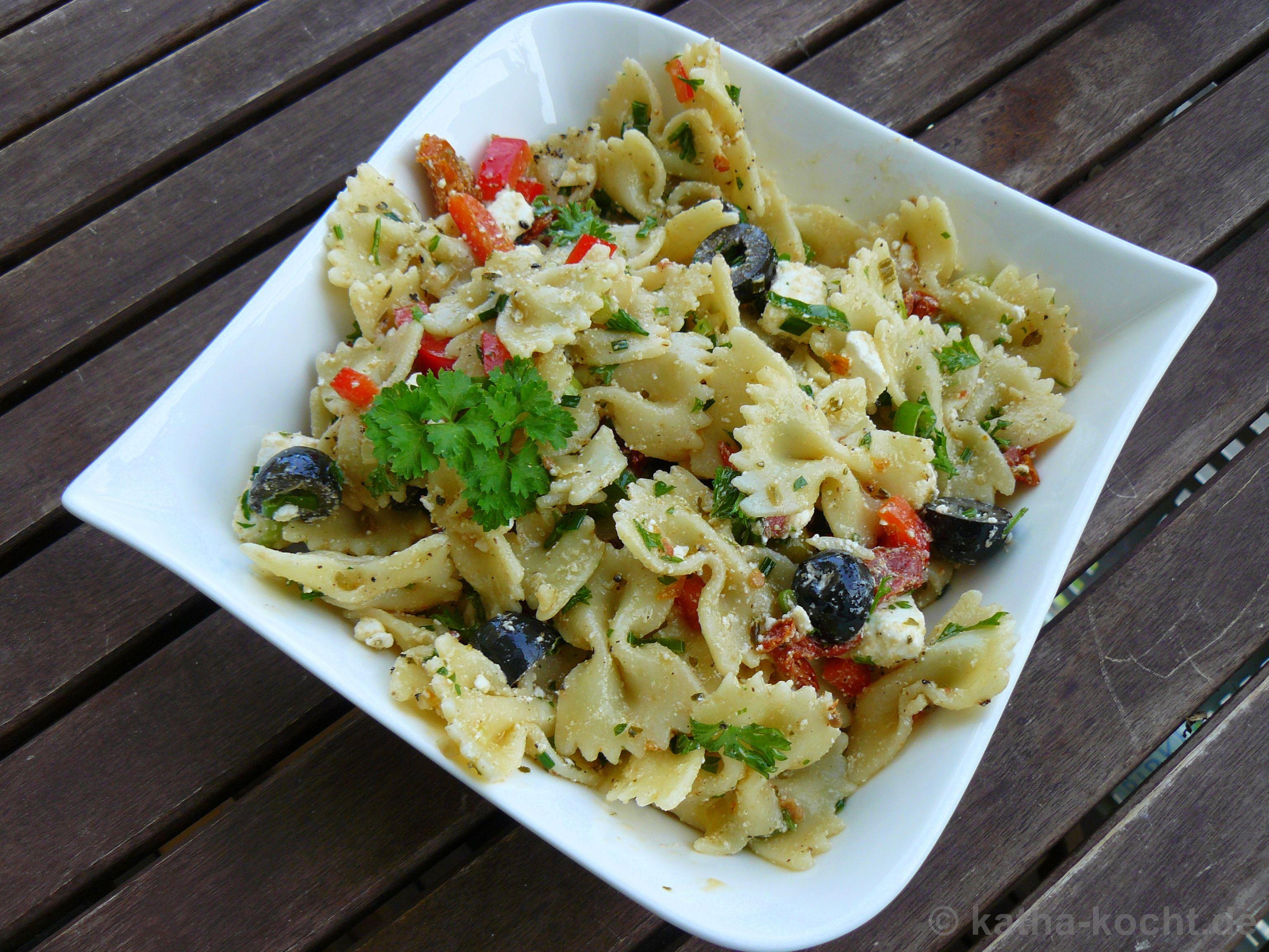 mediterraner nudelsalat mit oliven getrockneten tomaten. Black Bedroom Furniture Sets. Home Design Ideas