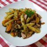 Bunte Schupfnudelpfanne mit Linsen, Fleischwurst und Aprikose