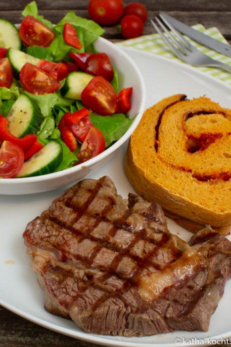 Steak mit Paprika Brotschnecke und schnellem Salat