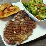 Steak mit Paprika Brotschnecke und buntem Romana-Salat