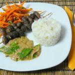 Thai-Hühnerherzenspieße mit Erdnusssauce und Karotten-Koriander Salat