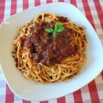Spaghetti Bolognese mit Zutaten aus der Toskana