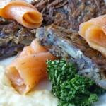 Vitelotte-Kartoffelpuffer mit Lachs und Sahnemeerrettich