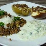 Bunte Auberginen mit griechischer Füllung, Reis und Tsatziki
